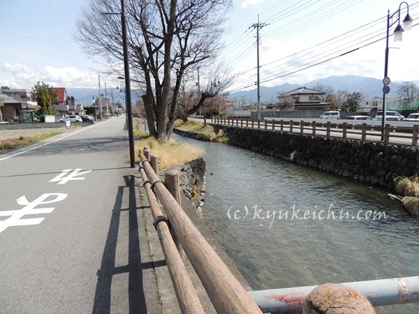 川の横をずっと歩ける