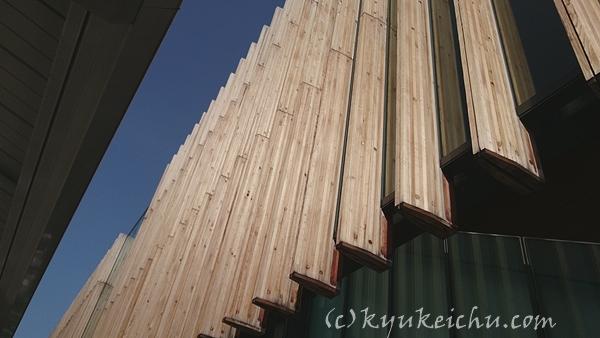 石和温泉駅南口からみた木の外壁